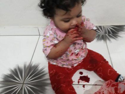 """Bebês da CEI """"Profª Monique Muniz De Carvalho se divertem com tinta de beterraba"""