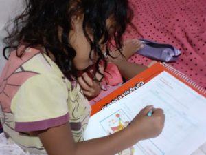 Busca ativa nas escolas leva atividades impressas a alunos sem acesso à internet